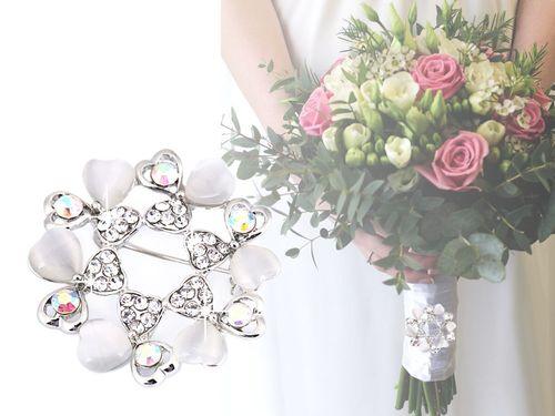 Brošňa / svadobná ozdoba na kytice srdce s brúsenými kamienkami
