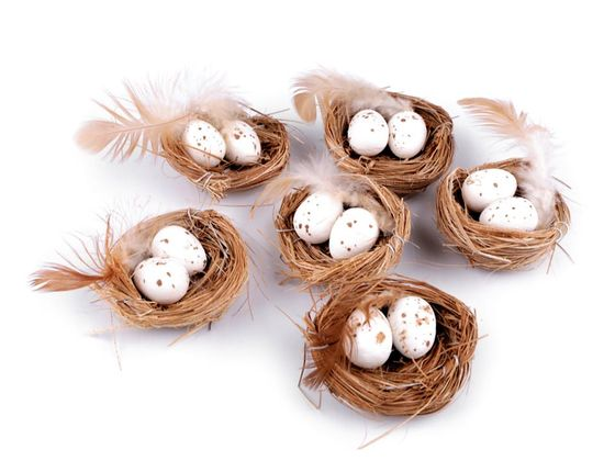 Dekorácia hniezdo s prepeličími vajíčkami a perím